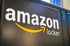 2 de agosto de 2018 altos do Los/CA/EUA - feche acima do logotipo das Amazonas em um de seus cacifos das Amazonas situados dentro fotos de stock