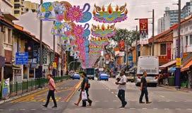 22 de agosto de 2017, calle grande de la ciudad con los peatones en colorido poco distrito de la India en la metrópoli asiática S fotografía de archivo