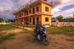 30 de agosto de 2014 - as crianças dirigem em Sauraha, Nepal Foto de Stock