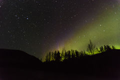 30 de agosto de 2016 - Aurora Borealis ou a aurora boreal iluminam o céu noturno de Kantishna, Alaska - MNT Parque nacional de De Fotos de Stock Royalty Free