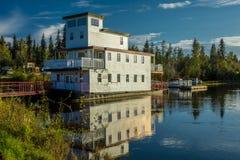 25 de agosto de 2016 - casa flotante en el río de Chena, Fairbanks Alaska Foto de archivo libre de regalías
