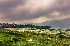 21 de agosto de 2014 - costa do lago Phewa em Pokhara, Nepal Fotos de Stock