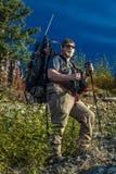 27 de agosto de 2016 - el cazador hace excursionismo en desierto con las fuentes y el arma, parque de estado de Denali, Alaska Foto de archivo