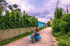 25 de agosto de 2014 - equipe a montada de uma bicicleta em Sauraha, Nepal Foto de Stock