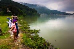 21 de agosto de 2014 - fazendeiros no lago Phewa em Pokhara, Nepal Imagens de Stock