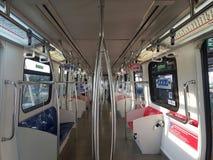 15 de agosto de 2016, Kuala Lumpur, um olhar do interior de um trem de LRT Imagens de Stock