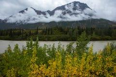 25 de agosto de 2016 - la opinión de la montaña, del río y de las nubes en otoño, de Richardson Highway, encamina 4, al norte de  Imagenes de archivo