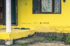 25 de agosto de 2014 - la pared del los niños se dirige en Sauraha, Nepal Foto de archivo libre de regalías