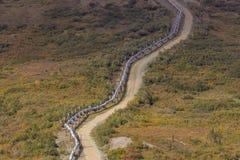 26 de agosto de 2016: La tubería de Transporte-Alaska mueve el petróleo crudo desde Prudhoe Bay al puerto sin hielo de Valdez, Al Fotografía de archivo libre de regalías