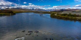26 de agosto de 2016 - lagos da escala do Alasca central - distribua 8, estrada de Denali, Alaska, ofertas de uma estrada de terr Fotos de Stock