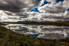 26 de agosto de 2016 - lagos da escala do Alasca central - distribua 8, estrada de Denali, Alaska, ofertas de uma estrada de terr Imagens de Stock