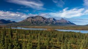 26 de agosto de 2016 - lagos da escala do Alasca central - distribua 8, estrada de Denali, Alaska, ofertas de uma estrada de terr Fotografia de Stock