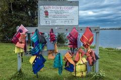 24 de agosto de 2016 - los chalecos salvavidas ahorran las vidas, advirtiendo en el lago, fuera de Anchorage, Alaska Foto de archivo libre de regalías
