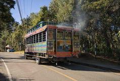 6 de agosto de 2017 Medellin, Colombia: un autobús viejo colorido llamó el ` ch Fotografía de archivo libre de regalías