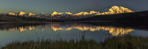 28 de agosto de 2016 - monte Denali en el lago wonder, conocido previamente como monte McKinley, el pico de la montaña más alta e Foto de archivo libre de regalías