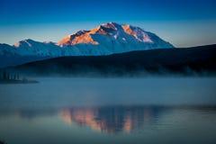 28 de agosto de 2016 - monte Denali en el lago wonder, conocido previamente como monte McKinley, el pico de la montaña más alta e Fotografía de archivo libre de regalías