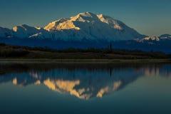 28 de agosto de 2016 - monte Denali en el lago wonder, conocido previamente como monte McKinley, el pico de la montaña más alta e Imagen de archivo libre de regalías