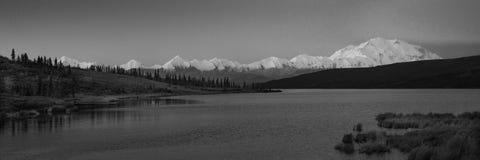 30 de agosto de 2016 - monte Denali en el lago wonder, conocido previamente como monte McKinley, el pico de la montaña más alta e Fotografía de archivo libre de regalías