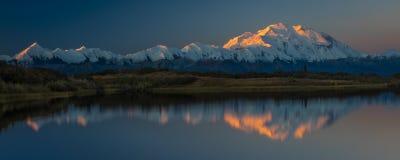 30 de agosto de 2016 - monte Denali en el lago wonder, conocido previamente como monte McKinley, el pico de la montaña más alta e Foto de archivo libre de regalías