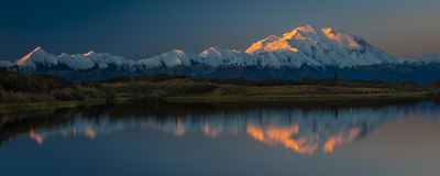 30 de agosto de 2016 - monte Denali no lago wonder, conhecido previamente como o Monte McKinley, o pico de montanha a mais alta e Foto de Stock Royalty Free