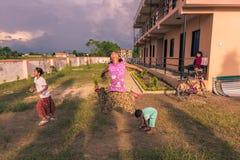 30 de agosto de 2014 - muchacha que salta en niños a casa en Sauraha, Nepa Fotos de archivo