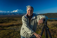 28 de agosto de 2016 - o fotógrafo Joe Sohm levanta no ponto famoso da imagem de Ansel Adams, lago wonder, montagem Denali, Kanti Foto de Stock