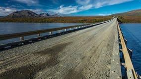 27 de agosto de 2016 - a ponte do rio de Susitna oferece ideias da escala do Alasca - estrada de Denali, rota 8, Alaska Fotos de Stock Royalty Free