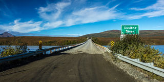 27 de agosto de 2016 - a ponte do rio de Susitna oferece ideias da escala do Alasca - estrada de Denali, rota 8, Alaska Fotografia de Stock Royalty Free