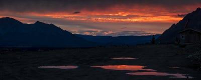 26 de agosto de 2016 - por do sol da escala do Alasca central - distribua 8, estrada de Denali, Alaska, ofertas de uma estrada de Imagem de Stock