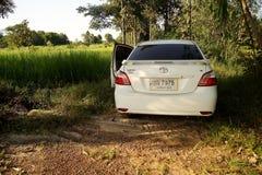 17 DE AGOSTO DE 2016 SAKONNAKHON, TAILÂNDIA; , o carro pessoal estacionou em uma floresta em áreas rurais remotas No norte ao les Fotos de Stock
