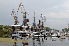 16 de agosto de 2015, Samara, Rússia: estacionamento do verão para barcos, iate e barcos de motor no rio na cidade Fotografia de Stock