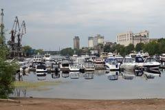 16 de agosto de 2015, Samara, Rússia: estacionamento do verão para barcos, iate e barcos de motor no rio na cidade Imagens de Stock Royalty Free