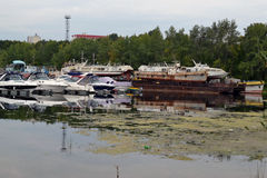 16 de agosto de 2015, Samara, Rússia: estacionamento do verão para barcos, iate e barcos de motor no rio na cidade Fotos de Stock
