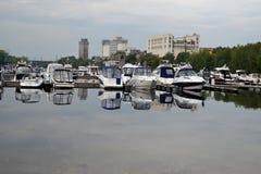 16 de agosto de 2015, Samara, Rússia: estacionamento do verão para barcos, iate e barcos de motor no rio na cidade Imagem de Stock