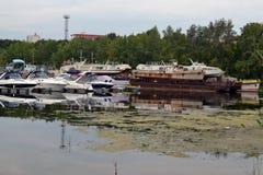 16 de agosto de 2015, Samara, Rusia: estacionamiento del verano para los barcos, los yates y los barcos de motor en el río en la  Fotos de archivo