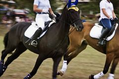 28 de agosto de 2017: Duas meninas a cavalo no festival do esporte equestre em Ucrânia na região de Odessa, o 28 de agosto de 201 Imagens de Stock