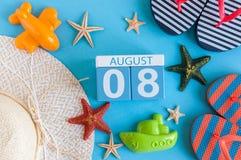 8 de agosto Imagen del calendario del 8 de agosto con los accesorios de la playa del verano y el equipo del viajero en fondo Árbo Fotografía de archivo