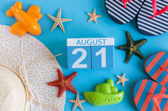 21 de agosto imagen del calendario del 21 de agosto con los accesorios de la playa del verano y el equipo del viajero en fondo Ár Foto de archivo libre de regalías