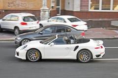 14 de agosto de 2011, Kiev - Ucrania Porsche convertible blanco exclusivo Cabriolé de Porsche 911 Turbo imagen de archivo