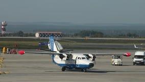 15 de agosto de 2018, Moscú, Rusia - un pequeño avión blanco con dos propulsores comienza almacen de metraje de vídeo