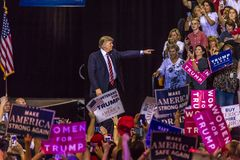 22 DE AGOSTO DE 2017, PHOENIX, AZ U S Presidente Donald J Gestos do trunfo à multidão de suportes em Fundo 2016 presidencial - ra Imagem de Stock