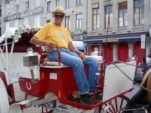 12 de agosto de 2012 - um operador de uma excursão puxado a cavalo em Montreal velho As excursões do cavalo são uma parte grande  foto de stock royalty free
