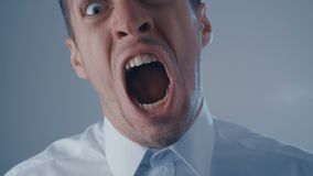 De agressieve zakenman in wit overhemd gilt en toont woede Concept Boze werkgever stock videobeelden