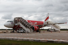 De Airasiavliegtuigen na het landen in Siem oogsten luchthaven Stock Foto's