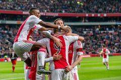 De Ajaxspelers vieren, Riechedly Bazoer, Arek Milik, Davy Klaassen, Mitchell Dijks, Amin Younes Stock Foto's