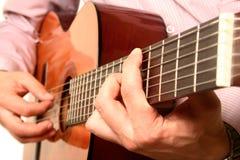 De akoestische close-up van de gitaarspeler Stock Foto's