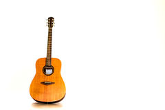 De akoestische gitaar isoleert witte achtergrond Royalty-vrije Stock Afbeeldingen