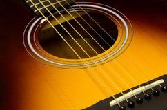 De akoestische gitaarclose-up met zonnestraal eindigt royalty-vrije stock afbeelding