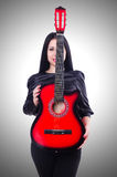 De akoestische speeldetails van de gitaargitarist Muzikale instrumant met uitvoerdershanden Stock Fotografie