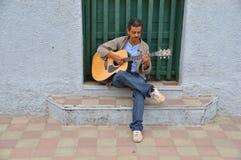 De akoestische speeldetails van de gitaargitarist Muzikale instrumant met uitvoerdershanden Stock Afbeeldingen
